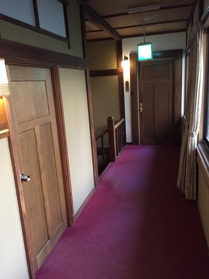 廊下の雰囲気はクラシックホテルっぽい